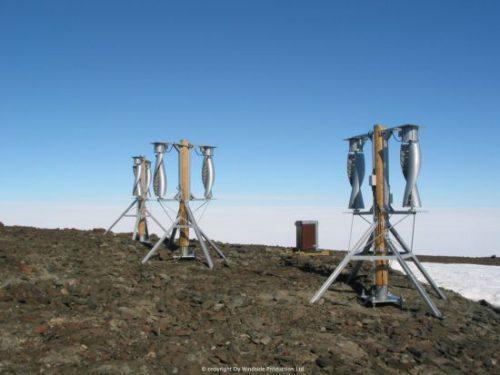 Kuusi WS-0,30A tuuliturbiinia Aboa -asemalla Antarktiksella. Kuva: Petri Heinonen.